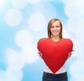 Femme de sourire dans le T-shirt blanc avec le coeur Photo stock
