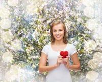 Femme de sourire dans le T-shirt blanc avec le coeur Photographie stock libre de droits