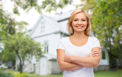 Femme de sourire dans le T-shirt blanc vide Image stock