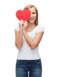 Femme de sourire dans le T-shirt blanc vide avec le coeur Photographie stock