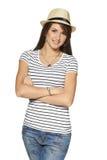 Femme de sourire dans le T-shirt et le chapeau de paille dépouillés photo stock