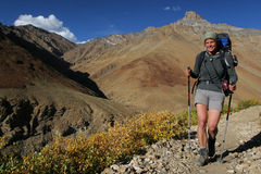 Femme de sourire dans les montagnes Photos libres de droits