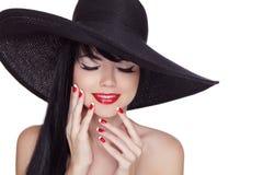 Femme de sourire de brune de beauté avec le maquillage et le rouge lumineux de charme Photo stock