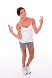 Femme de sourire de brune faisant des gestes des signes de paix Image stock