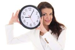 Femme de sourire de brunette affichant l'horloge Images stock