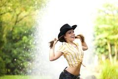 Femme de sourire de brunette avec le chapeau de cowboy Image stock