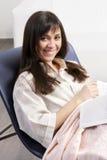 Femme de sourire de brunette dans la présidence Images libres de droits