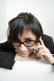 Femme de sourire de brunette dans les lunettes Photo libre de droits