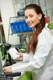 Femme de sourire de chimiste de pharmacie dans la pharmacie Photos libres de droits