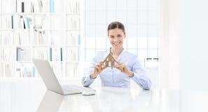 Femme de sourire de concept à la maison montrant le modèle de maison, les immobiliers et Photos stock