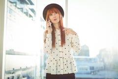 Femme de sourire de hippie ayant un appel téléphonique Photos stock