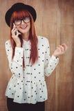 Femme de sourire de hippie ayant un appel téléphonique Image libre de droits