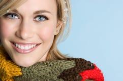 Femme de sourire de l'hiver photographie stock