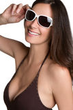 Femme de sourire de lunettes de soleil Images libres de droits