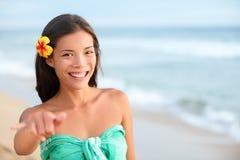 Femme de sourire de plage d'Hawaï faisant le signe de main de shaka images stock