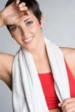 Femme de sourire de séance d'entraînement photographie stock