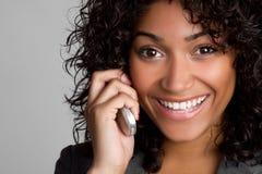 Femme de sourire de téléphone image stock