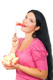 Femme de sourire en bonne santé mangeant la pastèque photographie stock libre de droits