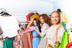 Femme de sourire et ses amis dans la boutique ensemble Images stock