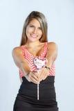 Femme de sourire exprimant l'amour avec le ballon sur le fond blanc Photographie stock