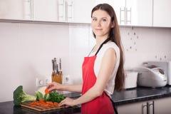 Femme de sourire faisant la nourriture saine dans la cuisine photos libres de droits