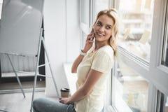 Femme de sourire faisant la pause du travail photos stock