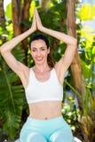 Femme de sourire faisant le yoga photographie stock