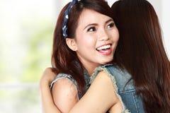 Femme de sourire heureuse étreignant son ami Images stock