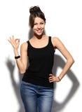 Femme de sourire heureuse d'affaires avec le signe en bon état de main photographie stock libre de droits