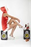 Femme de sourire heureuse dans le costume sexy rouge de Noël Image stock