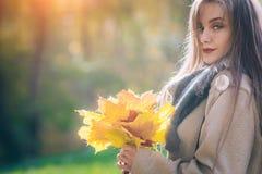 Femme de sourire heureuse, dehors, parc d'automne Image libre de droits