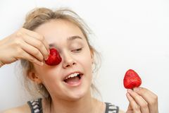 Femme de sourire heureuse en bonne sant? mangeant la fraise Sain, concept de mode de vie photos stock