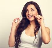Femme de sourire heureuse nettoyant les dents le fil dentaire dentaire images libres de droits