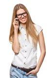 Femme de sourire heureuse parlant au téléphone portable sur le blanc photos libres de droits