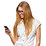 Femme de sourire heureuse tenant le téléphone portable tandis que la messagerie textuelle, d'isolement sur le fond blanc photo libre de droits