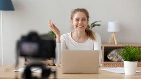 Femme de sourire heureuse, vidéo de enregistrement de blogger dans le bureau ou maison image stock