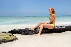 Femme de sourire heureux à la plage photo libre de droits