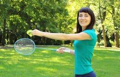 Femme de sourire jouant le badminton en parc d'été Photo libre de droits
