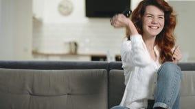 Femme de sourire jouant le jeu vidéo à la cuisine Portrait de gamer féminin enthousiaste banque de vidéos