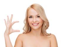 Femme de sourire jugeant quelque chose imaginaire photographie stock