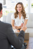 Femme de sourire lors de la réunion avec un conseiller financier Photos stock