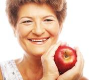 Femme de sourire mûre avec la pomme Photographie stock libre de droits