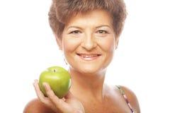 Femme de sourire mûre avec la pomme verte Image stock