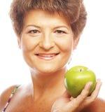 Femme de sourire mûre avec la pomme verte Photos libres de droits