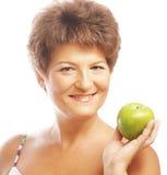 Femme de sourire mûre avec la pomme verte Images libres de droits