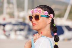 Femme de sourire marchant avec le sac près de la marine de yacht Images stock