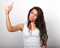 Femme de sourire mignonne de brune d'amusement avec de longs cheveux faisant la photo d'individu Photos stock