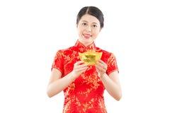 Femme de sourire montrant l'or pour chanceux Images stock