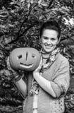 Femme de sourire montrant le potiron Jack OLantern de Halloween Images libres de droits