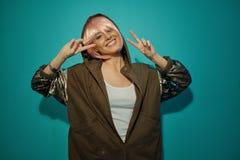 Femme de sourire montrant les signes joyeux de victoire photos libres de droits